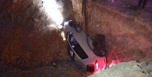 Çukura düşen otomobildeki 3 kişi yaralandı