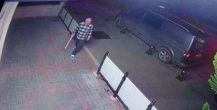 Dükkanına giren hırsızları sopayla kovaladı, o anlar kameraya yansıdı