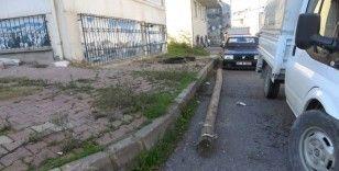 Arnavutköy'de telefon direği sokakta bulunan aracın üstüne düştü