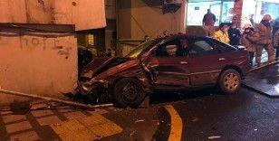 Caddedeki 6 araca ardından binanın duvarına çarptı: 1 yaralı