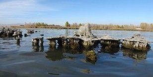 Van Gölü'nün çekilmesiyle su altında kalan yapılar ortaya çıktı