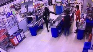 Süpermarketlere dadanan silahlı soyguncular pes dedirtti