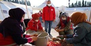 Yabancı öğrenciler İzmir depremi sonrası Türk Kızılay gönüllüsü oldu
