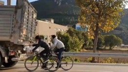 Bursa'da bisikletli gençlerin tehlikeli yolculuğu