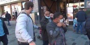Taksim'de maske takmayan turistlere ceza kesildi