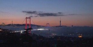 İstanbul Boğazı'nda etkili olan sis kartpostallık görüntüler oluşturdu