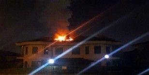 Sakarya'da bir villanın çatısında çıkan yangın paniğe neden oldu