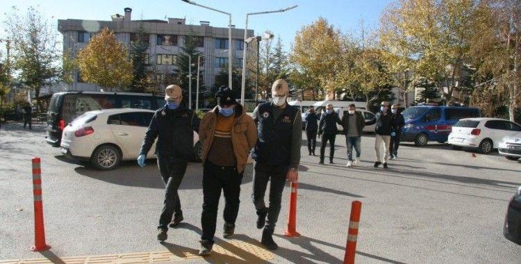 DEAŞ operasyonunda yakalanan yabancı uyruklu iki kişi adliyeye sevk edildi