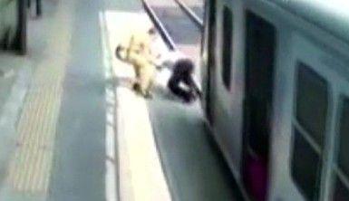 Hindistan'da polis, bir kişiyi trenin altında kalmaktan son anda kurtardı