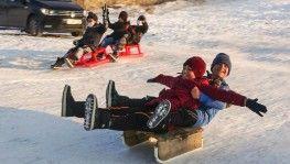 Soğuk havaya rağmen çocukların kızak keyfi
