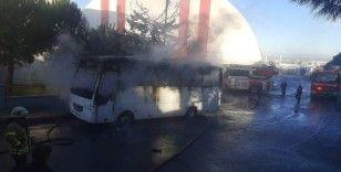 Silivri'de park halindeki midibüs alev alev yandı