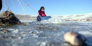 Buz tutan Çıldır Gölü'nde Eskimo usulü avcılık başladı