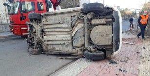 Siirt'te kaldırıma uçan otomobil ağaçları yerinden söktü: 2 yaralı