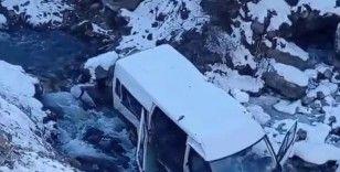 Minibüs dereye uçtu: 5 yaralı