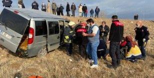 Sivas'ta lüks otomobilin çarptığı hafif ticari araç tarlaya uçtu: 2 yaralı