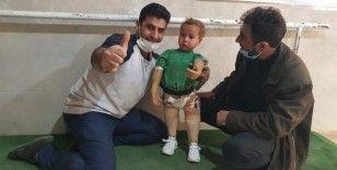 Savaşın çocuklarına protez takarak hayata bağlanıyor