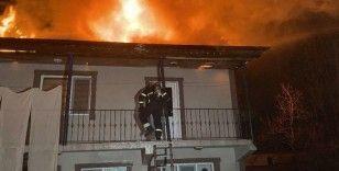 Düzce'de elektrik trafosu patladı, 2 katlı ev alev alev yandı