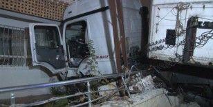 Ankara'da freni patlayan tır 11 aracı biçip evin duvarına çarptı: 1 yaralı
