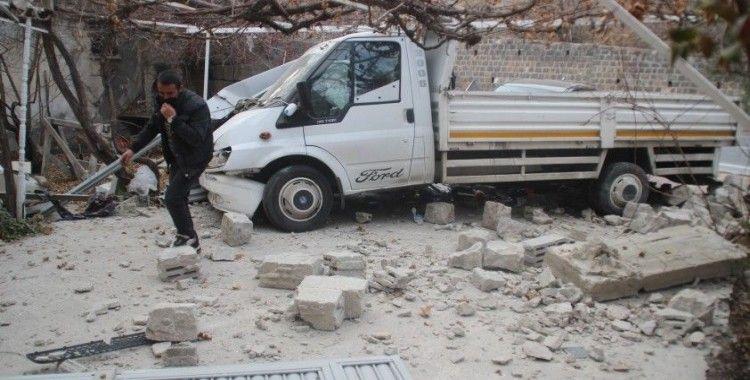 Kafa kafaya çarpışan kamyonet ve otomobil garaj kapısını ve duvarlarını yıkıp eve girdi