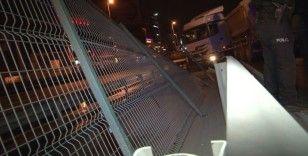 Otomobile çarpmamak için manevra yapan hafriyat kamyonu bariyerlere çarptı