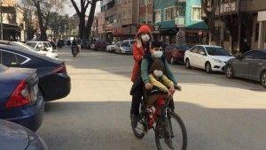 Çocukların tehlikeli bisiklet yolculuğu kameraya takıldı