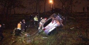 Yağış nedeniyle kayganlaşan yolda kontrolden çıkan otomobil şarampole yuvarlandı