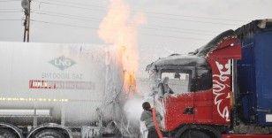 Korkutan yangın, aracının yanışını gözyaşları içerisinde izledi
