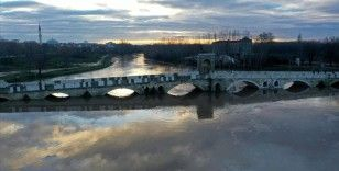 'Kırmızı alarm' seviyesini koruyan Tunca Nehri'nin debisi düşmeye başladı