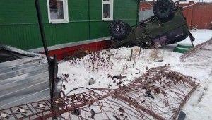 Rusya'da çarpışan araçlar yol kenarındaki evin bahçesine uçtu