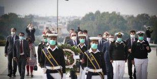 Bakan Çavuşoğlu, Pakistan'ın kurucu lideri Cinnah'ın mezarını ziyaret etti