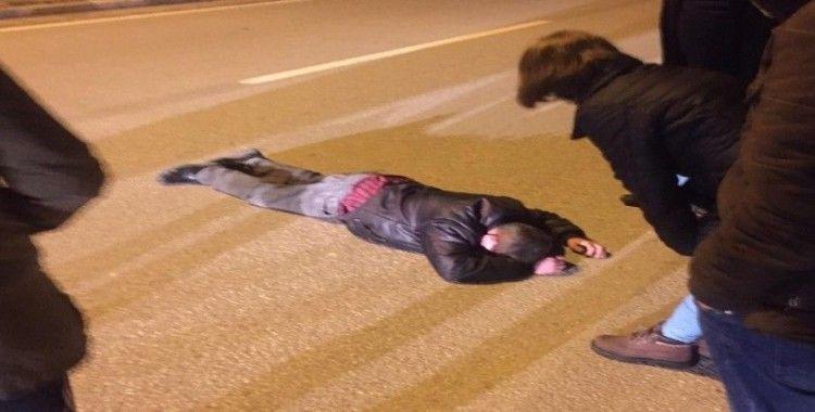 Sürücünün dikkati karayolunda bayılan vatandaşı ezilmekten kurtardı
