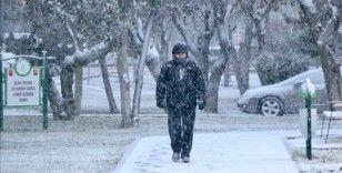 Eskişehir'de kar yağışıyla cadde ve parklar beyaz örtüyle kaplandı