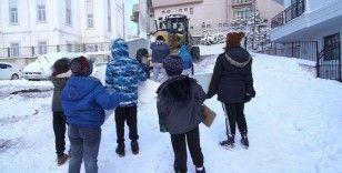 Karın keyfini çıkaran çocuklar barikat olup ekipleri sokağa sokmadılar