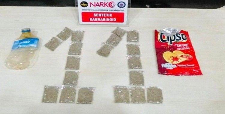 Uyuşturucuyu cips poşeti içerisine gizlemiş