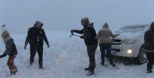 Artvin'de kar nedeniyle yolda kalan vatandaşlar çileyi eğlenceye çevirdi