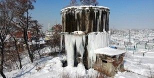 Dondurucu soğukların yaşandığı Ağrı'da 5 metrelik buz sarkıtları oluştu