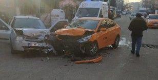 Ticari araçla otomobil çarpıştı: 1'i çocuk 4 yaralı