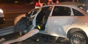 Bayrampaşa'da kontrolden çıkan araç bariyerlere ok gibi saplandı: 2 yaralı