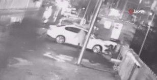 Park halindeki aracın aynasını tekme atarak kıran şahıs kamerada
