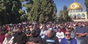 Binlerce Filistinli kısıtlamaların kaldırılmasının ardından Mescid-i Aksa'da cuma namazı kıldı
