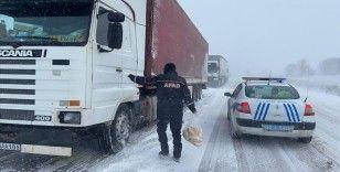 Edirne'de AFAD, yolda kalan tır sürücülerine kumanya dağıttı