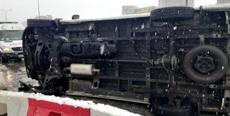 Kadıköy'de araç bariyerlere çarpıp, yan yattı