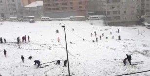 İstanbul beyaza bürününce çocuklar kısıtlamayı unuttu