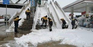 İstanbul'da kar kalınlığı 30 santimetreye çıktı, 7 çatı çöktü, 106 araç zarar gördü
