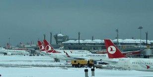 İstanbul Havalimanı'nda kar temizleme çalışmaları sürüyor