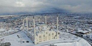 Beyaz örtüyle kaplanan Çamlıca Camii hayran bıraktı