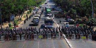 Myanmar'da askeri araçlar sokaklarda görüldü, ülke genelinde internet kesildi