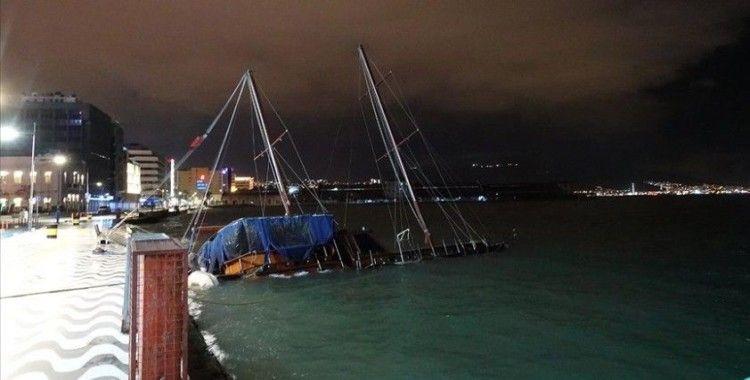 İzmir'de kuvvetli rüzgar etkili oluyor