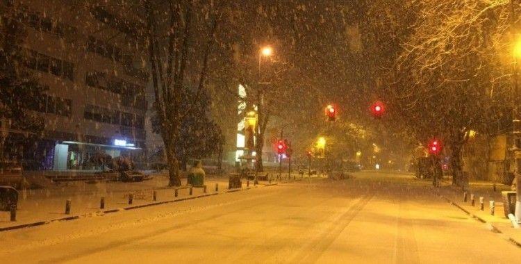 Bağdat Caddesi beyaza büründü