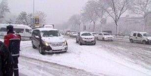 Kar nedeniyle Piyalepaşa Bulvarı'nda trafik durma noktasına geldi